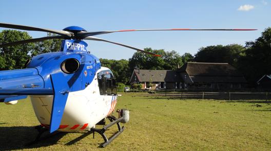 De politiehelikopter had een tijdelijke basis op in een weiland langs de Bakenbergseweg van de familie Van Loenen. Ze hadden de vaste bewoners, 20 pony's en paarden, tijdelijk op stal gezet (foto: Fam. Van Loenen)