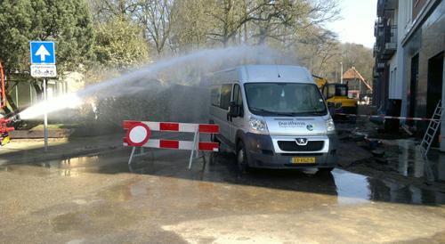 De brandweer zorgt er met water voor dat het gas neerslaat.