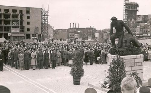 1951: terwijl de stad nog steeds zijn wonden likt, wordt op Plein 1944 het beeld van Jac Maris geplaatst. (foto: Jac. Marismuseum)