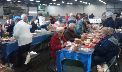 Lunchpakketten maken voor de vrijwilligers
