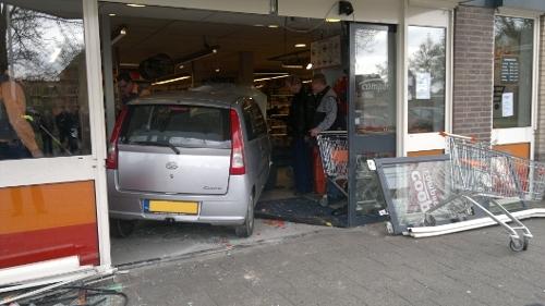 Auto rijdt supermarkt Huissen binnen