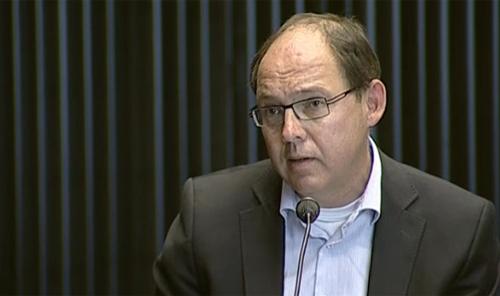 Oud-minister Ab Klink tijdens zijn verhoor.