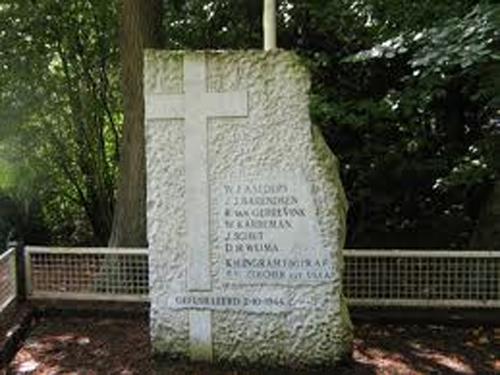 Monument dat herinnert aan de executie van 6 verzetsmensen en twee ondergedoken Geallieerde vliegers op 2 oktober 1944.