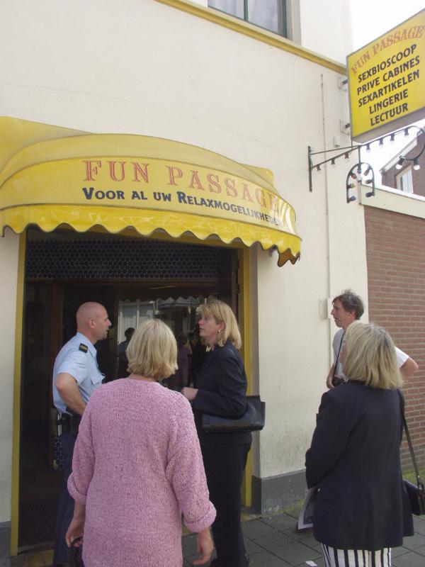 """Burgemeester Krikke bezoekt sexbioscoop """"Funpassage""""aan de Karel van Gelderstraat 33 tijdens een wijkbezoek aan het Spijkerkwartier in 2002."""