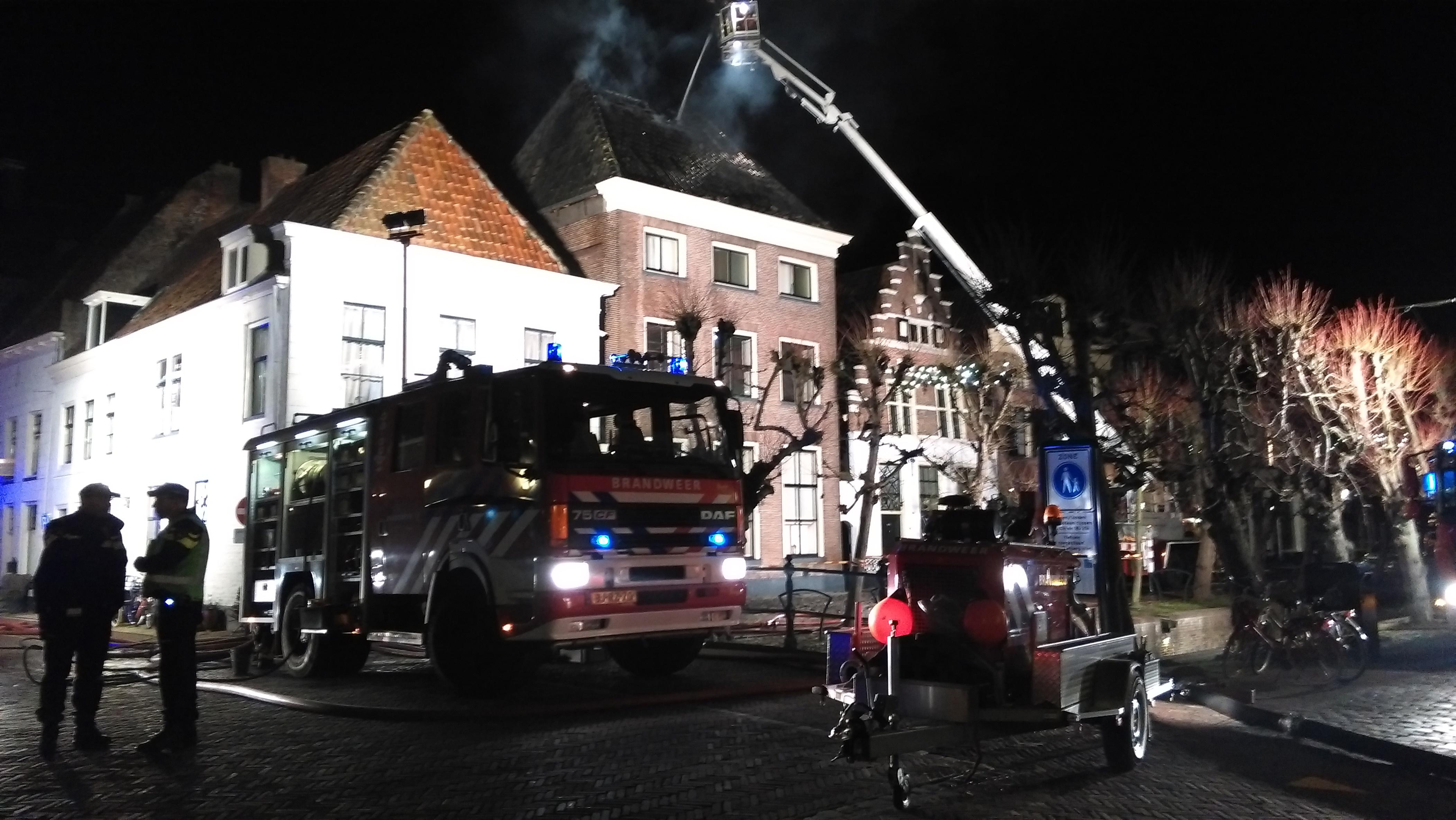 Brand in historische binnenstad Elburg onder controle, deel pand verwoest - Omroep Gelderland