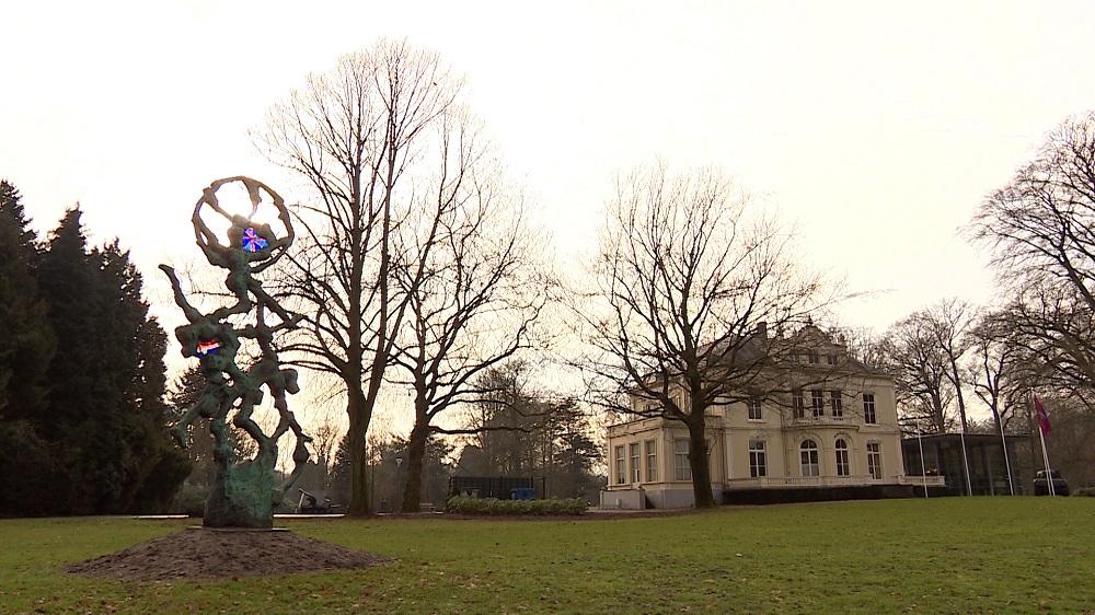 Werk van Jits Bakker bij Villa Hartenstein in Oosterbeek: Paratrooper,We'll meet again(6 sept. 2011)